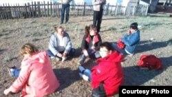 Родственники заключенных сидят у тюрьмы в городе Каражал Карагандинской области.