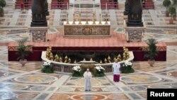 آرشیف، پاپ فرانسس در مراسم عید ایستر بدون اشتراک مردم در سال ۲۰۲۰ به سبب محدودیتهای وضع شدهی ناشی از ویروس کرونا