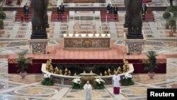 Măsurile de restricție au fost aplicate la Vatican și în acest an, iar la slujba de Înviere a fost permis accesul unui număr limitat de persoane. Imagine din 2020 cu Papa Francisc.