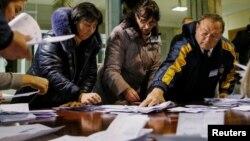 Члены избиркома подсчитывают бюллетени после закрытия избирательного участка. Кишинев, 30 октября 2016 года.