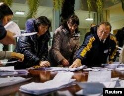 Президент сайлауының 1-турындағы дауыстарды санап жатқан сайлау комиссиясының мүшелері. Молдова, Кишинев, 30 қазан 2016 жыл.