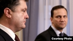 Міністри закордонних справ України Петро Порошенко (л) і Польщі Радослав Сікорський (п) зустрічаються в Варшаві 25 листопада 2009 року. Фото МЗС Польщі (www.msz.gov.pl)