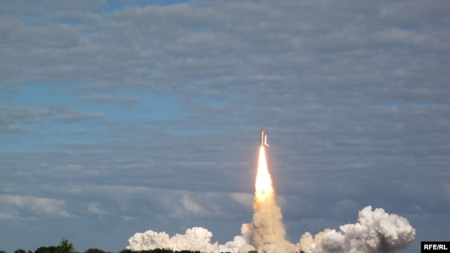 """Atlantis"" roars into the sky at the Kennedy Space Center in Florida on November 16. (photo by Nikola Krastev)"