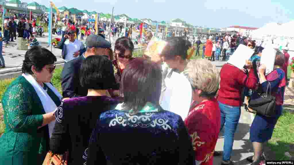 На празднование Наурыза собрались в основном оралманы, которые в Шымкент переехали в основном из Узбекистана. Они празднуют Наурыз 27 марта.