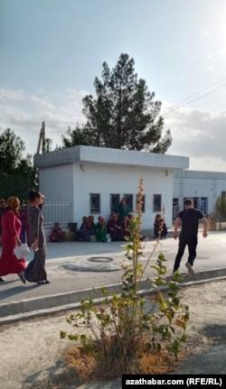 Люди ждут, когда в Бахардене заработает банкомат. Август 2020 года.