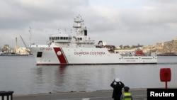 Brod sa tijelima izvučenim nakon nesreće