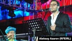 """Сон Паскаль во время выступления на фестивале """"Парад оркестров"""". Алматы, 6 сентября 2012 года."""