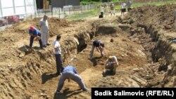 Traganje za grobnicama u blizini Potočara, avgust 2012.
