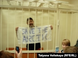 "Активист ""Гринпис"" Дмитрий Литвинов в зале суда"