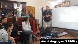 На учебу в Летнюю школу приехали активисты из региональных неправительственных организаций, а также журналисты, студенты и школьники. Фото автора