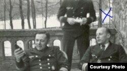 Авторы книги утверждают, что МИД прямо и косвенно содействовал депортации и уничтожению евреев. На фото из Еврейского музея в Праге: оберштурмбаннфюрер СС Вальтер Рауфф (справа) отвечал в РСХА за покупку и использование газовых фургонов
