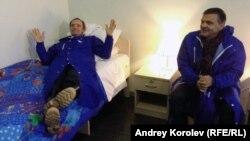 Жан-Клод Килли проверяет, удобны ли кровати для олимпийцев