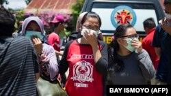 Родственники погибших пытаются опознать тела членов своих семей. Палу, Индонезия, 30 сентября 2018 года