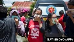 Родственники погибших пытаются опознать тела членов своих семей. Палу, Индонезия, 30 сентября 2018 года/