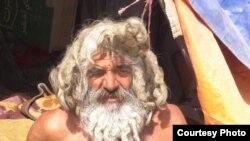 حسن الموسوي في خيمته على ضفاف نهر الحلة