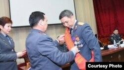 Нурлан Керкибаев получает награду из рук министра ВД. Фото из личного архива.