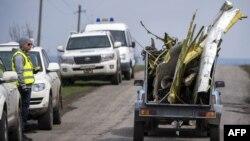 Krhotine aviona se transportuju na daljnu analizu. Fotografija zabilježena kod ukrajinskog sela Hrabove, 16. april 2015.