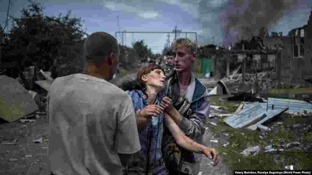 Жители станицы Луганская в Донбассе приходят в себя после обстрела. Фото Валерия Мельникова