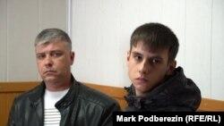 Евгений и Данила Сафронов (обвиняемый) в зале суда в Томске