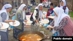 Казахские женщины готовят праздничное блюдо в иранском городе Бендер-Туркмен. 2 апреля 2013 года.