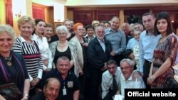 MInistri Hoxhaj (në mes) së bashku me delegacionin e hebrenjve në Prishtinë