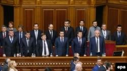 Новообрані члени Кабінету міністрів, який очолив Володимир Гройсман, у сесійній залі Верховної Ради, 14 квітня 2016 року