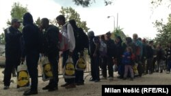 Izbeglice čekaju u redu za registraciju
