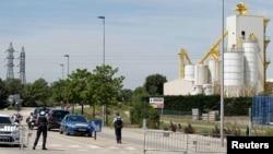 Французька поліція оточила район, де розташований хімічний завод. Підозрюваний нападник вбив свого начальника і протаранив ворота на завод