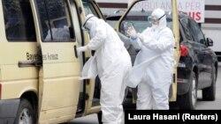Dy punonjës shëndetësorë në Kosovë.