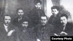 Деятели казахской интеллигенции начала 20-го века. Слева направо в первом ряду: Халел Габбасов, Миржакып Дулатов, Ахмет Байтурсынов, Мухтар Ауэзов. Слева направо во верхнем ряду: Жусипбек Аймауытов, Алькей Маргулан, Абдолла Байтасов.