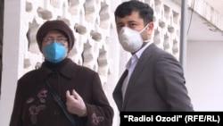 Люди в защитных масках у здания суда в Душанбе. 13 апреля 2020 года.
