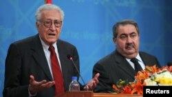 المبعوث الدولي الى سوريا الأخضر الإبراهيمي (يسار) ووزير الخارجية العراقي هوشيار زيباري يتحدثان في مؤتمر صحفي في بغداد.