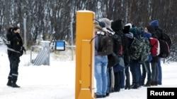Норвеги -- Норвегин полицин эпсар дан дезарг дуьйцуш ю Киркенесана гергахь Оьрсийчоьнан а, Норвегин а доза хадийначу нахе. 2015 шо.