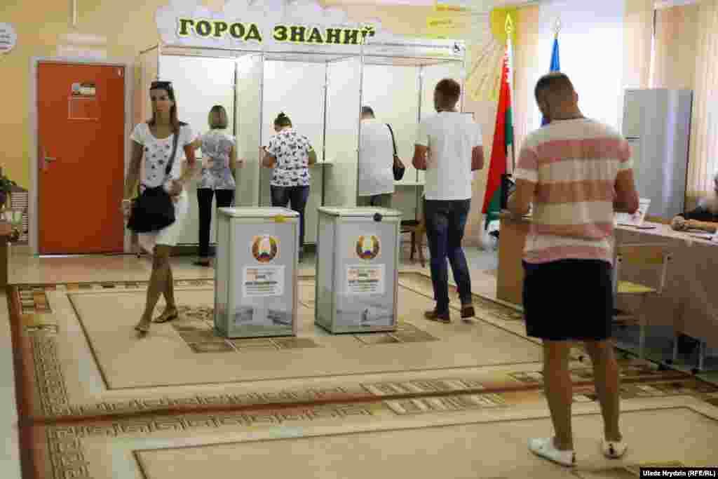 Беларус убактысы боюнча саат 9:00дө (Бишкек убактысы боюнча түшкү 12:00) шайлоо бекеттери ачылып, добуш берүүчүлөр келе баштады.