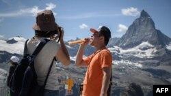 """Турист се снима с шоколад """"Тоблерон"""" на фона на легендарния връх Матерхорн"""