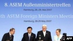 وزيران خارجه ۴۳ کشور اروپايی و آسيايی همچنين از ايران خواستند که برای اثبات ادعايش مبنی بر صلح آميز بودن فعاليت های اتمی خود، با بازرسان آژانس همکاری فعالانه ای داشته باشد.