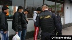 Трудовые мигранты из стран ЦА, задержанные в ходе рейда московской полиции.