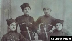 ГIурус пачаясул армиялъул полковник Багьавудин Хурш (квегIса) гьалмагъзабигун. Темир-Хан-Шура,1918 сон. Хуршиловасул наслудул чагIазул архивалдаса щвараб сурат.