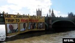 Британ парламентінің алдындағы акция.