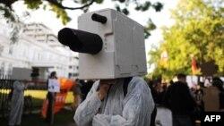 АҚШ-тың құпия интернет-бақылау бағдарламасына наразылық білдіріп тұрған германиялық демонстратор. Гамбург, 11 шілде 2013 жыл