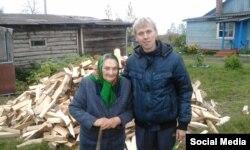 Волонтер Николай Романенко и одна из бабушек, которой привезли купленные на собранные деньги дрова