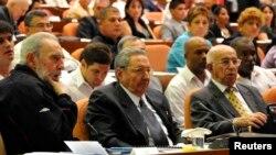 Слева направо: Фидель Кастро, Рауль Кастро и Хосе Рамон Мачадо Вентура (Гавана, февраль 2013 года)