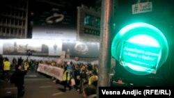 """Jedna od nalepnica sa """"lažima Aleksandra Vučića"""" zalepljena na semaforu tokom 13. protesta u Beogradu, mart 2019."""