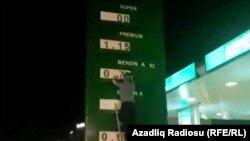 Azərbaycanda Aİ-92 markalı benzinin qiyməti 70 qəpikdən 90 qəpiyə qaldırılıb.