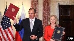 Американскиот државен секретар Хилари Клинтон и рускиот министер за надворешни работи Сергеј Лавров за време на потпишување на договорот за посвојување, 13 јули 2011.