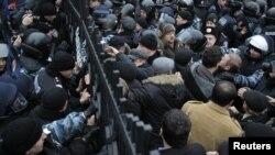 Співробітники МВС блокують ворота під час мітингу прихильників Юлії Тимошенко біля будівлі Апеляційного суду в Києві
