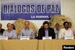 Глава делегации правительства Колумбии Умберто де ла Калье (крайний слева) и глава делегации FARC Иван Маркес (крайний справа) на переговорах в Гаване