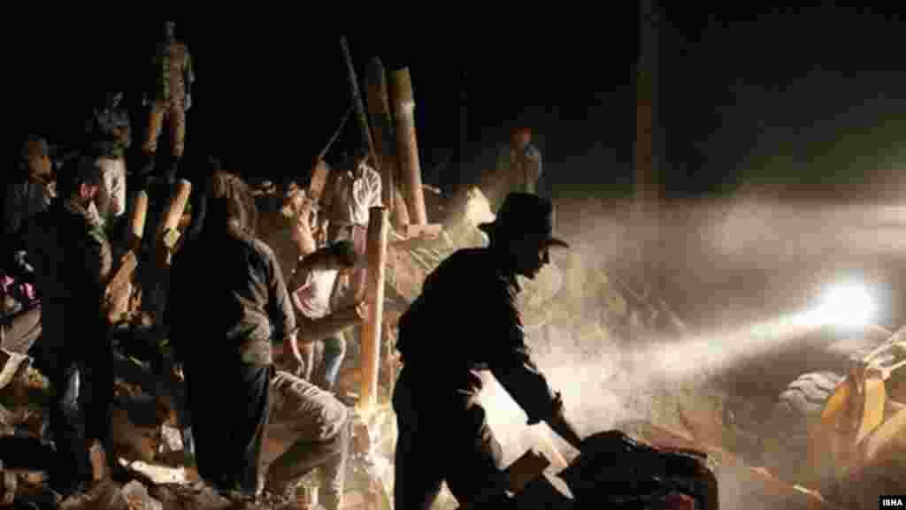 Celu noć su spasioci tragali za preživelima ispod ruševina. Vlasti strahuju da broj od 250 poginulih i preko 2.000 povređenih nije konačan
