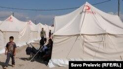 Бегалците сега се сместени во шатори.