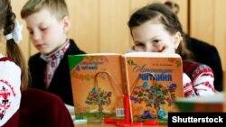 Положення розширює можливості для дистанційного навчання учнів – як за дистанційною формою здобуття освіти, так і при використанні технологій дистанційного навчання в інших формах здобуття освіти, кажуть у МОН